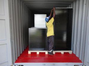 Le matériel électrique fourni par ESF est rangé dans les deux containers dernier voyage utilisés par ESF pour l'expédition et réhabilités par nos soins. Dans un premier container sont rangés 249 panneaux solaires. Un deuxième container contient tout le matériel de distribution.