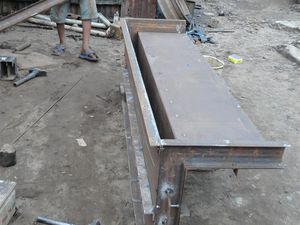 """La fabrication du moule pour les modules en L en béton armé fut terminée en juillet 2015. Nous fabriquerons directement les modules en béton sur le site de la station après que nous ayons rehaussé les 2 plates formes en période sèche. Après le premier démoulage d'un module, nous ferons faire 2 ou 3 autres moules car avec le temps de séchage et le nombre à faire, il ne faudrait pas que nous soyons pénalisés pour la bonne poursuite de la construction de la station lorsque nous nous y """"attellerons""""."""