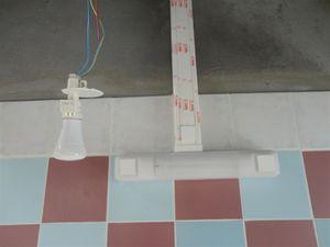 """Les lampent """"pendent"""" encore car il faut maintenant attendre la pose des voliges en PVC blanc. Lorsque tout sera terminé, nous enlèverons le plastique de protection des goulottes... après la peinture."""