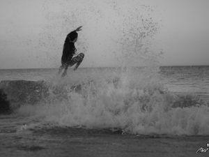 Et voici un rider déterminé, qui, malgré les galets sur sa route, se lançait à toute vitesse sur la vague, Big respect !