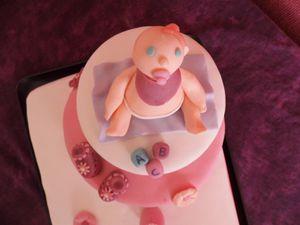 Gâteau en pâte à sucre pour une naissance