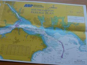 Carte touristique -                            Guillaume fait le point suivi attentivement par Christian