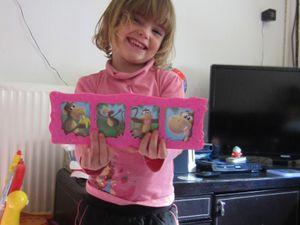 PHOTO SAFARI : à partir de 3 ans et je le conseille fortement ! les règles sont simples, l'enfant se familiarise avec un plateau de jeu, au fur et à mesure de la partie un jeu de mémo se crée, et pendant la partie nous devons imiter un animal de la jungle pour obtenir une photo, et ainsi essayer de compléter une famille pour créer un joli cadre