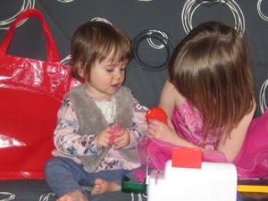 ça reste avec sa grande sœur Zélia que Lyssana apprend le plus à jouer aux jeux de grande !