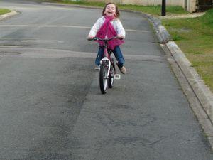 re-Profiter des quelques rayons de soleil et se laisser porter par le vent - qui lui souffle toujours fort ! - je note ici en rappel qu'Olivia-Rose fait partie d'une école de cirque, elle a bien un vélo à sa taille dans le garage !