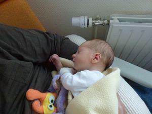 Quelques heures après sa naissance avec sa maman et son papa. Avec moi, elle a juste deux heures. Bonjour Papy. Repos mérité. Un jour et elle a déjà changé.