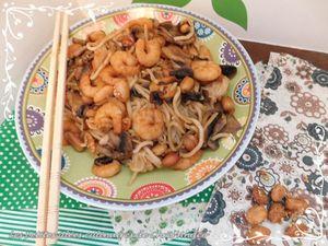 Nouilles chinoises aux crevettes, champignons et cacahuètes grillées