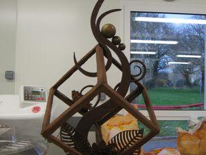 Téa, son oeuvre en chocolat et son Maître d'Apprentissage.