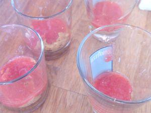 Montage : le biscuit mouillé de café au fond du verre puis le coulis de fraise