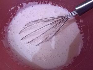 La préparation de la glace à la noix de coco:  Faites chauffer le lait de coco, la crème de coco et la crème fraîche, en évitant l'ébullition.