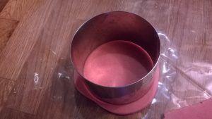 découpez-la avec un emporte-pièce,disposez les cercles de fond de pâte sur une plaque recouverte de papier de cuisson, piquez le dessus avec une fourchette.  Enfournez dans votre four préchauffé à 180°C pendant 20 min, surveillez la cuisson.