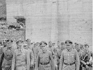 Hitler remonte vers le pont de Bouchain et quitte la ville sinistrée le 2 juin 1940 - Photos : Heinrich Hoffmann.