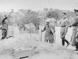 Arrivée puis descente de la Tour d'Ostrevant à Bouchain le 2 juin 1940 - Photos : Heinrich Hoffmann.