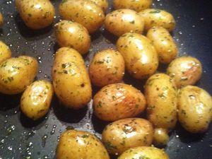 Petites pommes de terres grenaille sautées  à ma façon et ses filets de saumon mariné à l'huile de Truffes Blanches et jus de citron .