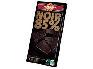 Gâteau au chocolat noir 85 % équitable aux brisures de cakes au chocolat individuels et smarties .