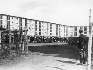 Le camp de transit de Drancy, près de Paris, regroupait les juifs français avant leur déportation vers les camps de la mort