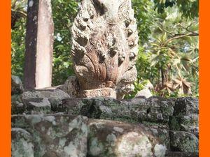 Terrasse. Lion gardien. Naja balustrade. Gopura de l'enceinte extérieure (effondrée)