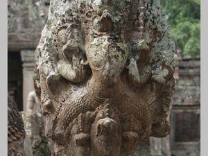 Nâga et lion devant terrasse précédent le gopura extérieur du temple