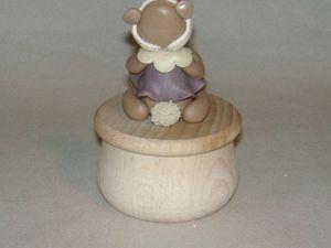 Boites à secrets en bois avec oursonne en porcelaine froide