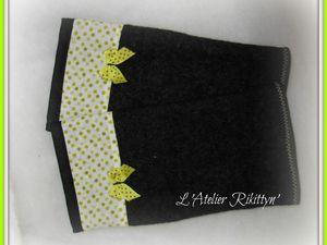Mitaines en laine bouillie grise, bande de coton à poids verts et petit noeud vert.