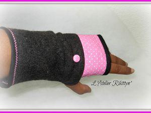 Mitaines en laine bouillie grise, bande de coton à poids rose et bouton recouvert rose.