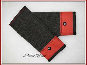 Mitaines en laine bouillie grise, coton bordeaux et bouton noir.