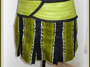 2014.02.21 - Mini-jupe à plis en wax vert et noir, avec une ceinture piqué verte et biais noir