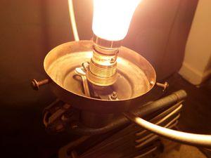Création lampe originale, esprit loft indus avec ancien bras articulé accordéon et boule en opaline.