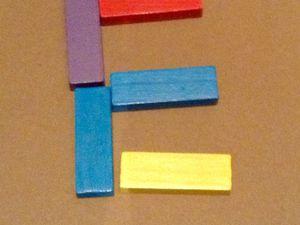 Réalisations en kaplas, lettre, escalier et maison. Travail d'un enfant de 5 ans (inspiré par l'école)