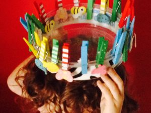 """Exemples de jeu libre en free style : la couronne de pinces a linge, le sapin de Noël circulaire en pinces a linge, sapin de Noël en boîtes de couleur,nmaison en kapla, chaussette du pere noel en petits clous...et bols de cereales des trois ours (petit, moyen et grand) comme dans le conte """"boucles d'or"""""""