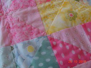 """petit couvre lit bébé, avec bordure """"pétard"""" j'en ai encore un autre à faire mais pour une fille cette fois."""