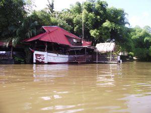 épave-île, quartier des pêcheurs de St Laurent, bateau transformé en restaurant.