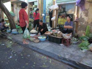 Vivant et coloré, le plus ancien quartier marchand de Hanoi a commencé à prendre sa forme actuelle au XIII ème siècle, quand des artisans se sont établis sur la rive du fleuve Rouge  pour répondre aux besoins de la cour. Ils se sont ensuite regroupés par activité. Au XV ème siècle l'existence de 36 corporations occupant chacune une rue a été officialisé et le quartier a pris le nom de quartier des 36 rues. Ses venelles bordées de petites boutiques ont conservé un cachet unique.