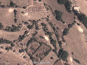 Çetinkol (Eruh). A gauche, vue verticale des ruines. A droite, le village nouveau (photo Cerrahitek)