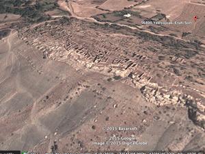 """De gauche à droite et de haut en bas: Vue générale verticale du vieux village en ruine et des maisons nouvelles&#x3B; vue des ruines&#x3B; vues du vieux village par """"hergule"""" et """"TheEruh"""" postées sur Google Earth en 2009"""