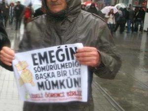 Cemil Yıldız, 65 ans, était candidat HDP à la députation pour Sinop (mer Noire). D'origine alévie, il a été inhumé dans le cimetière du quartier de Gazi, à I.stanbul A droite, photo publiée par http://haber.sol.org.tr/turkiye/suructa-kaybettiklerimizden-geriye-kalan-kareler-123507