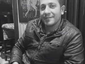 """Les deux autres d'Alanya sont Nevzat Özbilgi, originaire d'Ağrı (est de la Turquie) était employé du HDP à la section de HDP Şişli (Istanbul). Et Hasan Baykara, à droite &#x3B; père de quatre enfants, il était artisan marbrier. Devant la morgue de la médecine légale, sa femme Bedriye s'est exprimée: """"Ils étaient partis d'Alanya avec des profs, des syndicalistes, comme à une noce, ils étaient tellement contents qu'ils s'étaient rasés et bien habillés. Parce qu'ils allaient marcher pour la paix. J'ai quatre enfants, et ma fille s'est mariée le 1er septembre, journée de la paix. L'autre fille fait des études pour être professeure de turc, et son père blaguait: tu es kurde et tu veux enseigner le turc!? Il était ami avec tout le monde, tout le monde l'aimait bien, qu'ils soient au CHP, au MHP... Vous en connaissez beaucoup qui disent """"Je t'aime"""" à leur femme après 23 ans de mariage?""""."""
