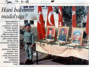 De gauche à droite et de haut en bas: photo Ugur Sevkat, Sabah, 10 octobre 1996&#x3B; photo non signée, Zaman, 16 octobre 1998&#x3B; Star, 29 avril 1999&#x3B; photo Murat Dogan, Sabah, 29 juin 1996.