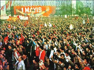 A gauche, préparation de l'image d'Orhan Taylar (photo extraite de l'ouvrage Afise Çıkmak, p. 336: voir référence en fin d'article). A droite, le meeting de 1977 juste avant le drame, avec au fond l'AKM et son affiche (cliquer pour agrandir)