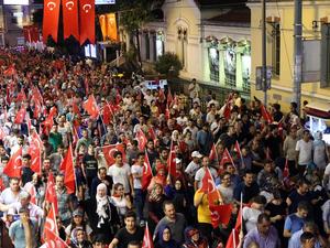 Les lieux du mouvement de Gezi réoccupés par les partisans d'Erdogan: à gauche, à l'entrée du parc de Gezi&#x3B; à droite, au débouché de la rue Istiklal vers Taksim (on reconnaît le portail du consulat de France). Photos Yeni Safak, 18 juillet 2016. Cliquer pour agrandir