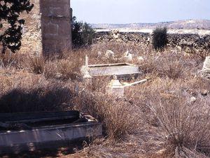 Agios Theodoros (Çayırova, Chypre du nord) : une chapelle près du village... et son cimetière profané comme tous ceux de la partie nord. Photos E.C. 1997