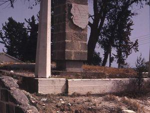 """Monuments... De gauche à droite et de haut en bas: le mémorial du triple massacre de Sandallar (Santalaris), Murataga (Maratha) et Aloda (août 1974) en 1997&#x3B; monument à l'EOKA à Alaminos (Alaminyo) en 1999&#x3B; monument d'Atatürk à Kofinou en 1997 (détruit lors de notre visite ultérieure en 1999)&#x3B; monument aux """"martyrs"""" de Fota (Dagyolu) en 2002. Photos E.C."""