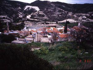 Deux villages anciennement mixtes, comportant église et mosquée. A gauche, Agios Theodoros (Çayırova, Chypre du nord&#x3B; photo E.C. 2002. A droite, Kalavassos (partie sud de Chypre, photo E.C. février 2000)