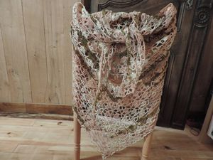 châle au crochet réalisé avec un fil en laine majoritaire