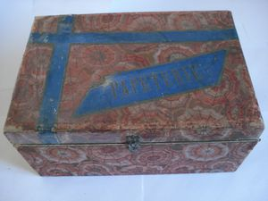 mappemonde et pèse-lettres sont les accessoires vedettes, parmi encriers, boîtes à plumes etc...