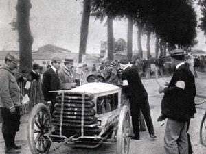 la 5 ? aïe ! mauvais choix, cette De Dietrich , une voiture de 990 kg ,va percuter un arbre après Libourne et Loraine-Barrow y trouve la mort!