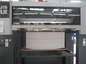 Quand trois cahiers sont imprimés, la pile est descendue pour être placée sur une palette et mise à l'abri.