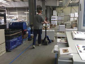 Julien et David emportent les cahiers déjà imprimés.