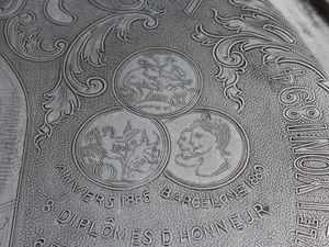 On peut observer le travail de gravure en relief au niveau des médailles de récompense. Photo Patrick Roussel.