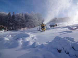 Passage sous les canons à neige des pistes de la Serva